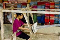 Niña vietnamita tejiendo